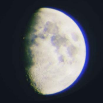 Луна в игрушечный телескоп